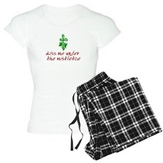 Kiss me under the mistletoe Womens Light Pajamas