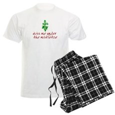 Kiss me under the mistletoe Mens Light Pajamas